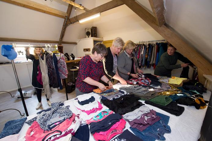 De dames in Oene bereiden zich voor op de bewuste koopdag van volgende week. Vlnr: Janette van 't Einde, Aline Huiting, Margriet van Amersfoort, Teuntje Riphagen en Patricia Dijkkamp.