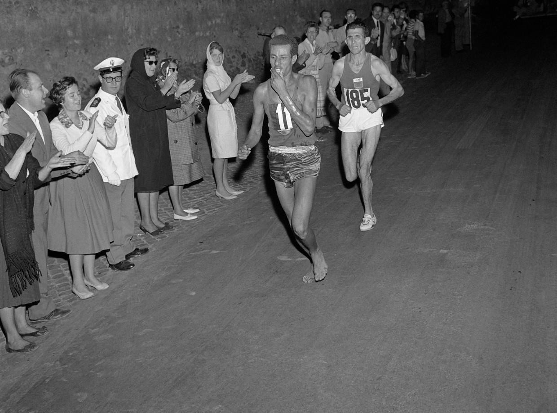 De Ethiopiër Abebe Bikila rent in Rome 1960 blootsvoets naar de overwinning.  Beeld AFP