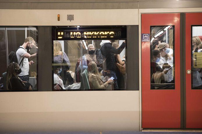 Afstand houden is er niet meer bij. De RET werkt hard aan het wegwerken van de achterstanden in het onderhoud en hoopt snel meer metro's te kunnen inzetten.