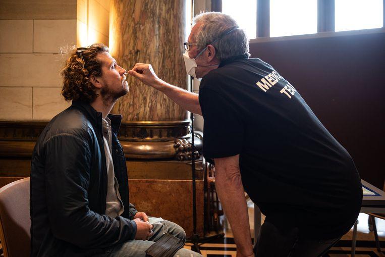 Een bezoekers van het testevent in Antwerpen wordt getest. Beeld Wouter Maeckelberghe