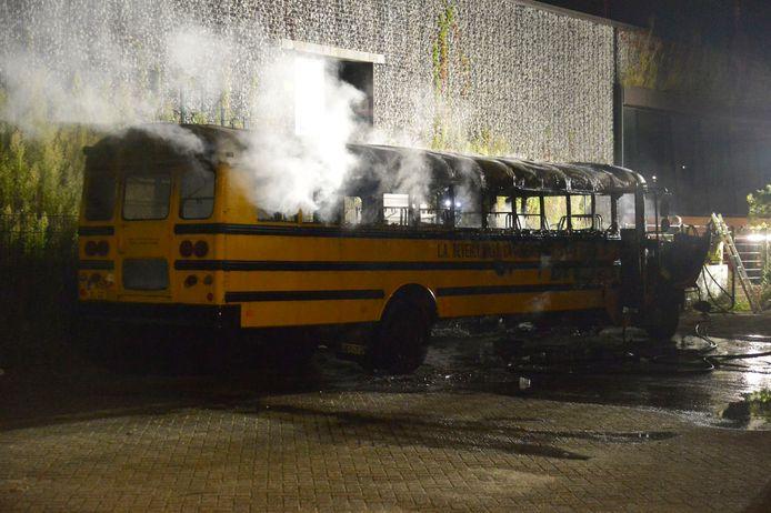 Schoolbus in vuur en vlam.