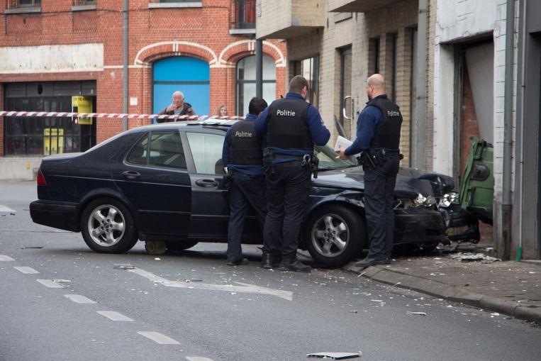 De Saab kwam tegen de garage terecht nadat hij de BMW aanreed in de flank.