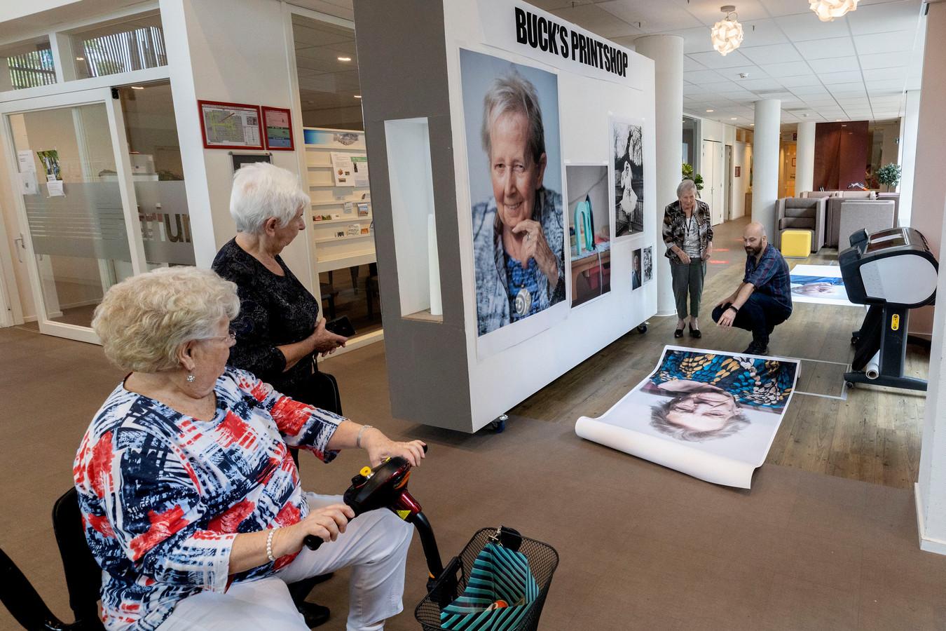 Belangstelling voor het werk van Marcel de Buck, in gesprek met bewoonster Irene Veenstra in verzorginsghuis Engelsbergenin Eindhoven.