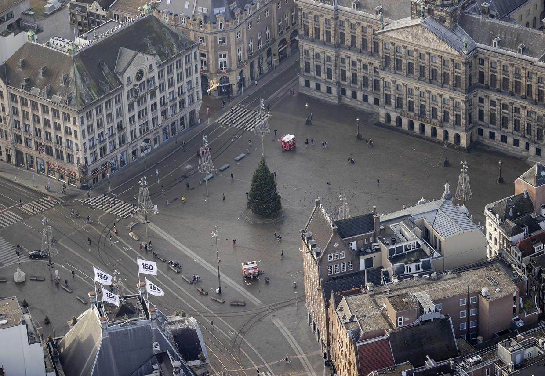 Een lege Dam met kerstboom.
