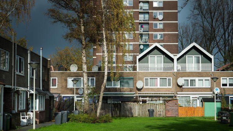 Afwisseling van laagbouw en hoogbouw moest van Poelenburg een gemengde wijk maken. Toch zijn er veel achterstanden Beeld Mats van Soolingen