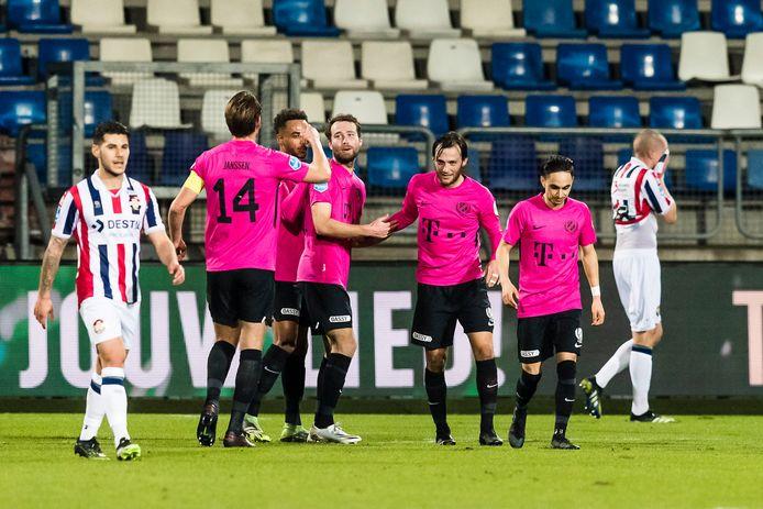 Sander van de Streek wordt gefeliciteerd door zijn teamgenoten.