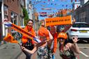 Oranjegevoel in de versierde Van Teijlingenstraat in Oost-Souburg: Marlien, Angélique, Ben en Monique zijn klaar voor het EK.
