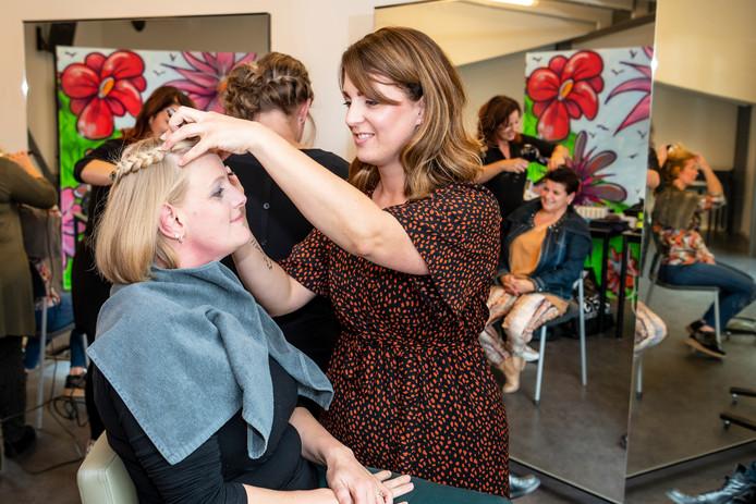 Een bezoekje aan de kapper stond ook op het 'menu' tijdens de verwendag voor moeders van kinderen met een beperking.