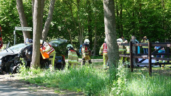 De situatie na de aanrijding in kwestie. Een beknelde vrouw is uit haar auto geknipt en met spoed naar het ziekenhuis gebracht.