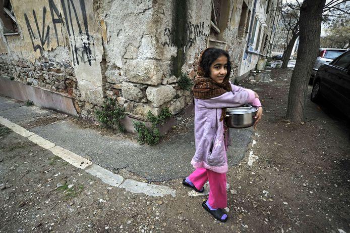 Een vluchteling in een arme wijk in Athene.