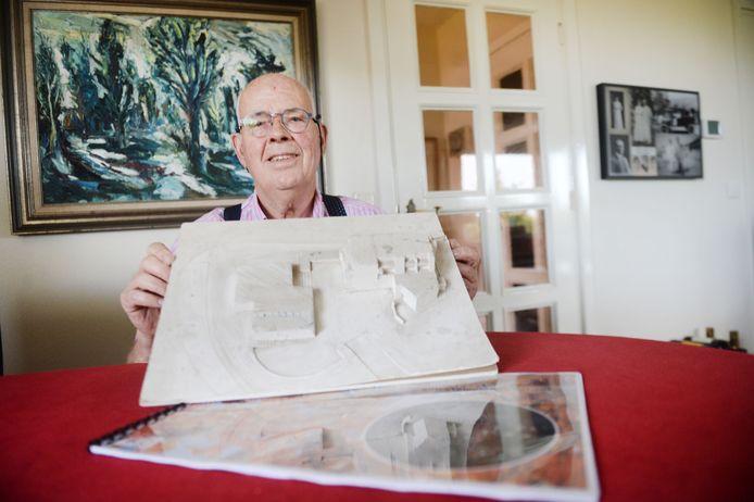 Ondernemer Maarten Kranenburg met de maquette van zijn eerste bouwplan voor de entree van Nijverdal. Ruim 40 jaar later wordt de hoek Wierdensestraat/Boomcateweg toch nog bebouwd.