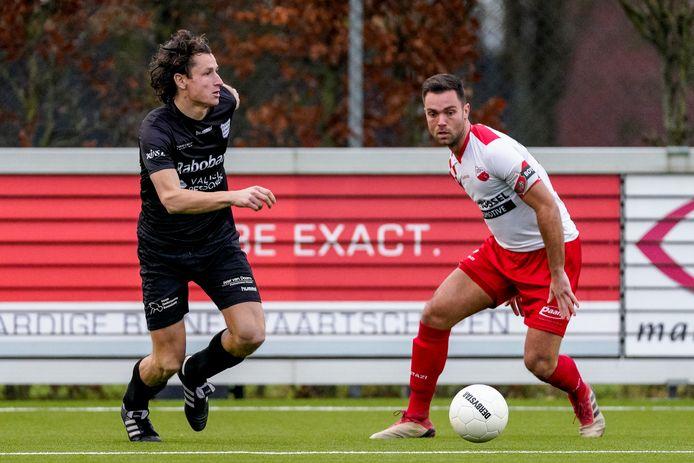 Jeffrey van Nuland (rechts) leeft tussen hoop en vrees voor wat betreft voortzetting van zijn voetballoopbaan.