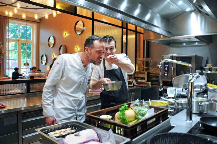 Chef de cuisine Kees Visser en souschefJeffrey Buijl druk bezig met het oefenen op hun gerechten voor de Bocuse d'Or.