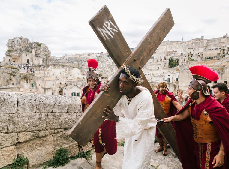 De Italiaanse activist Yvan Sagnet speelt Jezus Christus. Beeld