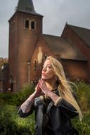 Queen P voor de Ontmoetingskerk in Enschede, waar een deel van de videoclip van Our God Saves is opgenomen.
