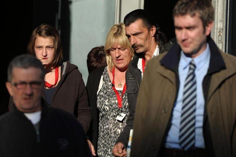 Peggy Appeltans, de zus van Shana, verlaat samen met haar ouders de rechtbank in Tongeren. Beeld BELGA