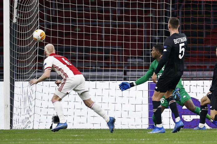 Davy Klaassen kopt de 1-0 binnen.