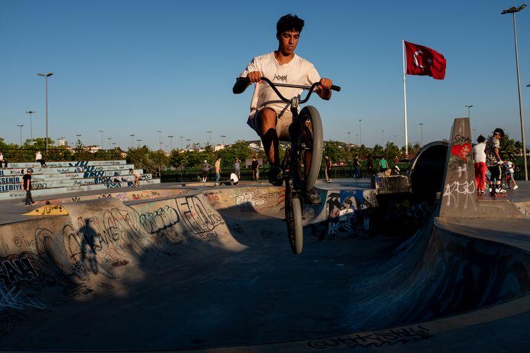 De jongens en meiden in Aksaray verschillen uiterlijk niets van hun leeftijdgenoten in steden als hier in Istanbul. Beeld NurPhoto via Getty Images