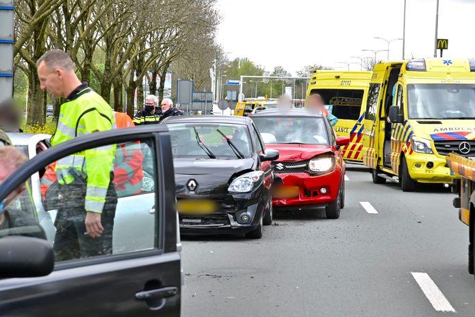 Bij een ongeval waarbij vier auto's bij betrokken waren is een gewonde gevallen. De auto's botsten zondagmiddag op elkaar op de N325 in Arnhem.