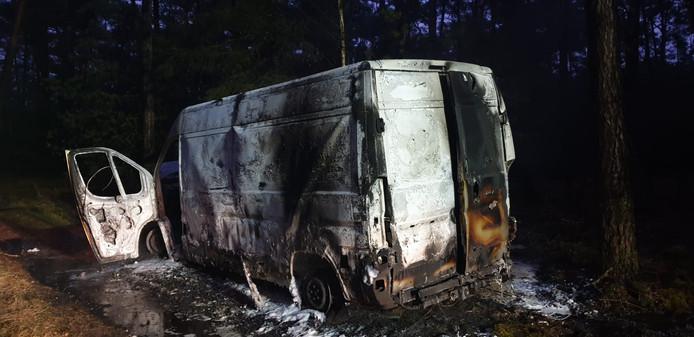 Het uitgebrande busje in het Leenderbos bleek vol drugsvaten te zitten.