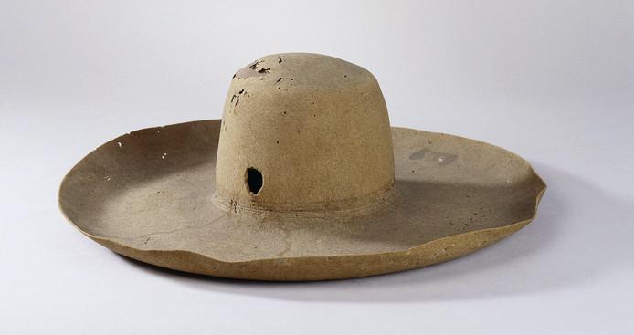 De vilten hoed, met kogelgat, van Ernst Casimir.