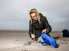 Zo lang blijft jouw afval dus liggen: Bianca vindt chipszakken en bierdoppen van ruim 30 jaar oud op het strand
