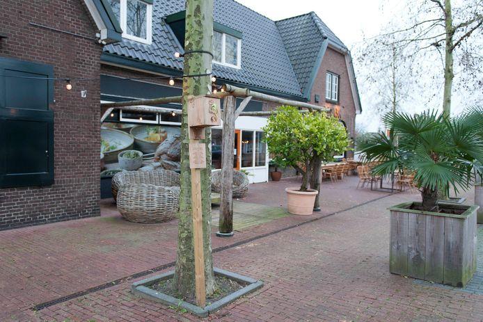 Bij Brasserie Dertien in Heeten staat een zelfvoorzienende stempelpost voor wandelaars van de Sallandse Wandelvierdaagse.