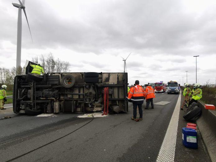 De vrachtwagen op zijn zij. Geen ander voertuig raakte betrokken.