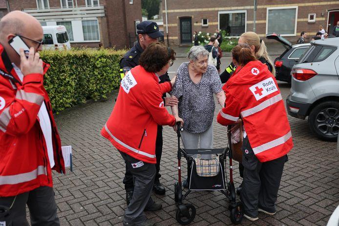 Medewerkers van het Rode Kruis hielpen bij de evacuatie van bewoners van verpleeghuizen in Valkenburg.