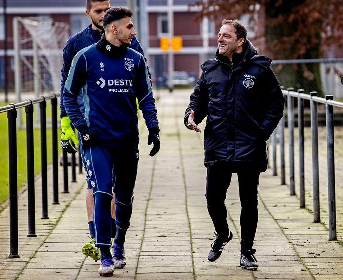 Vangelis Pavlidis in gesprek met trainer Zeljko Petrovic op weg naar het trainingsveld.
