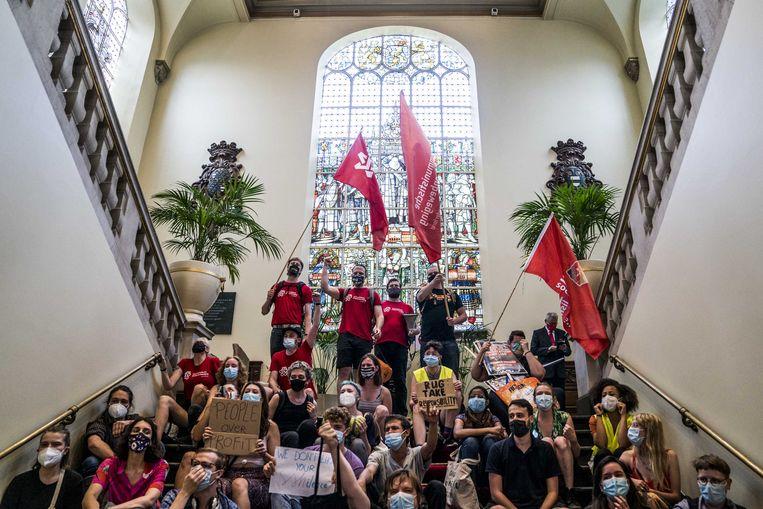 Protesterende studenten nemen bezit van het academiegebouw van de Rijksuniversiteit Groningen. Ze zeggen pas weg te gaan als ze een dak boven hun hoofd hebben gekregen.  Beeld ANP