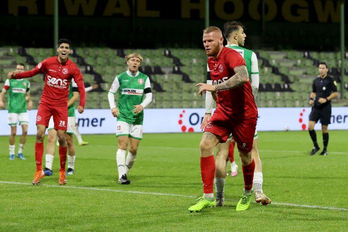 Thomas Verheydt van Almere City maakt de 2-2 op de Krommedijk.