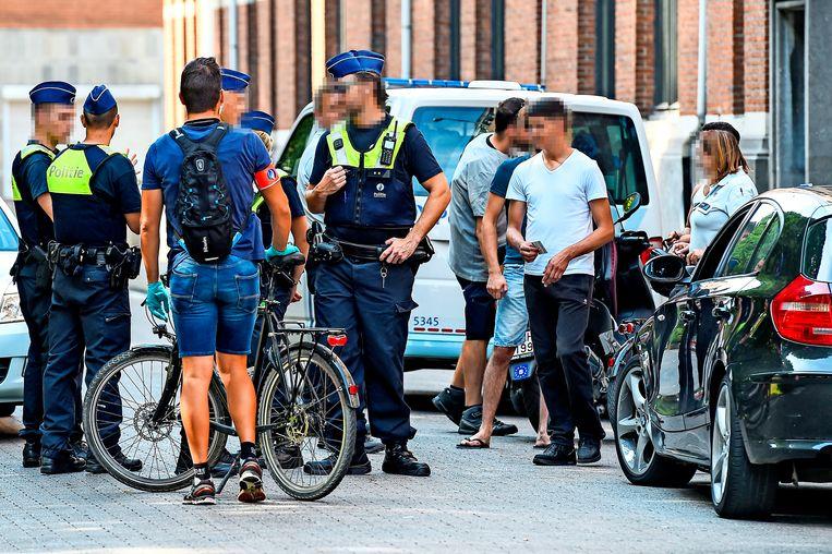 De politie houdt systematische identiteitscontroles in de buurt van het Oude Badhuis.  Beeld Photonews
