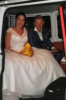 Agenten geven kersvers bruidspaar lift naar bruidssuite in Middelburg