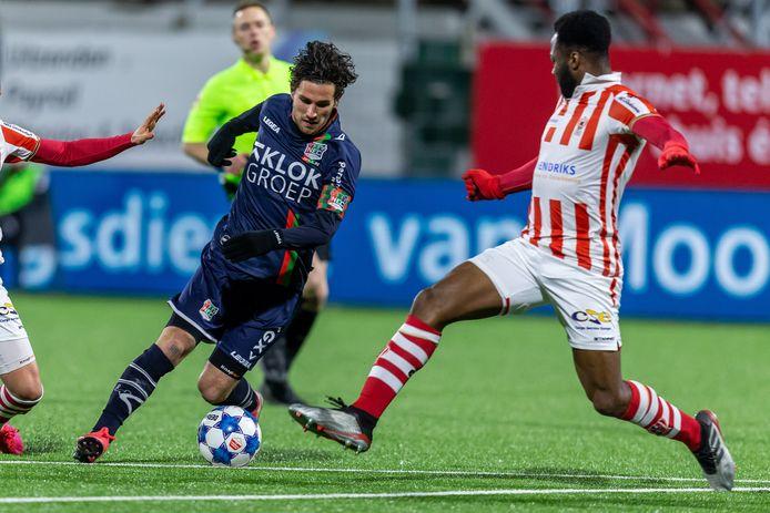 Lorenzo Pique (rechts) kreeg rood in het duel met NEC.