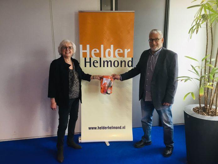 Jacqueline Bach ontvangt een welkomstpakket van Helder Helmond-voorzitter Sjef van Tilburg