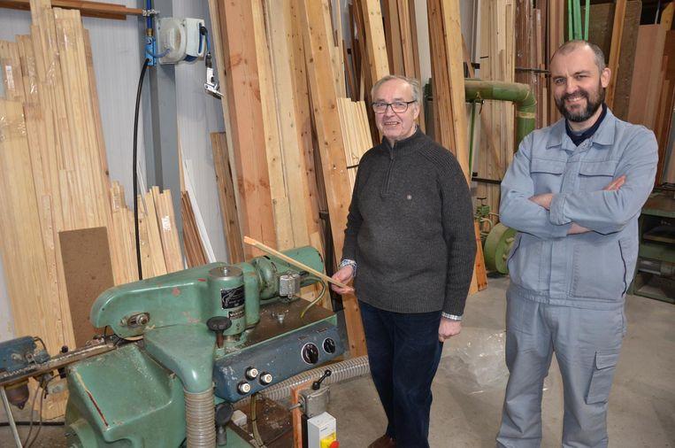 René Baert (75) kan opnieuw houten rolluiken vervaardigen aan zijn 50 jaar oude machine dankzij de hulp van Andy Nimmegeers.