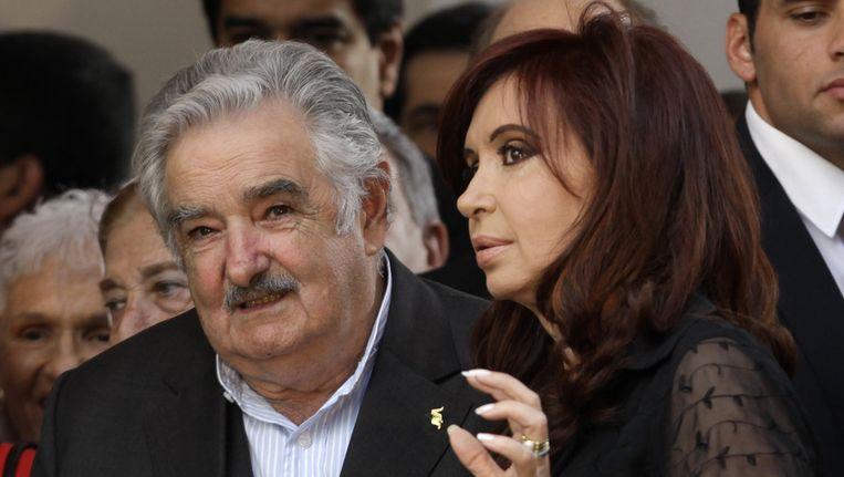 President Jose Mujica van Uruguay (links) en zijn Argentijnse collega Cristina Fernandez. Beeld ap