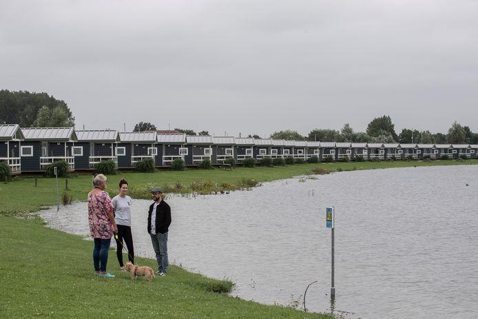Het aankomende hoge water bedreigt onder meer de vakantiehuisjes op het vakantiepark Eiland van Maurik.