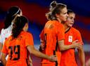 Een vertrouwd beeld; Vivianne Miedema zoekt Lieke Martens op na haar goal.