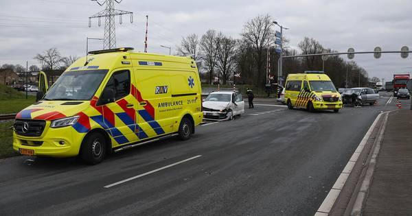 Veel schade aan autos na botsing op kruising in Oss.