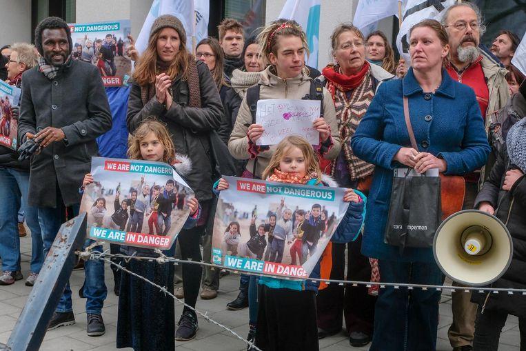 Een vijftigtal betogers kwam samen voor het kabinet van staatssecretaris Theo Francken.