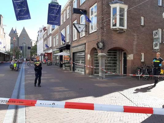 De politie heeft de omgeving van de juwelier met linten afgezet voor sporenonderzoek.