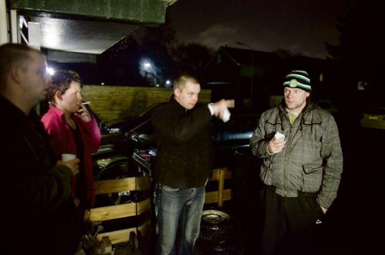 Bewoners van de Veendamse wijk Sorghvliet pauzeren tijdens een nachtelijke ronde door hun wijk. Slapen kunnen ze toch niet. (FOTO HERMAN ENGBERS) Beeld