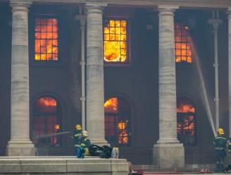 Hevige natuurbrand op de Tafelberg, universiteit van Kaapstad deels afgebrand