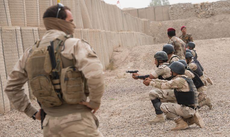 Belgische militairen geven training aan Iraakse soldaten in Bagdad, Irak. Beeld BELGA