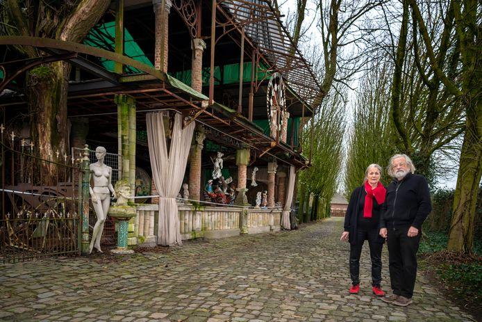 Marcel en Angèle van Riel zien het 9 meter hoge 'tuinsieraad' als essentieel onderdeel van hun levenswerk.