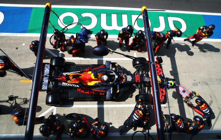Max Verstappen maakt een pitstop tijdens de Grand Prix op Silverstone. Beeld Getty Images