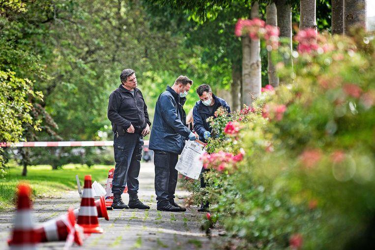 Rechercheurs doen sporenonderzoek in de buurt van de plek waar strafrechtadvocaat Derk Wiersum werd doodgeschoten. Beeld Guus Dubbelman / de Volkskrant