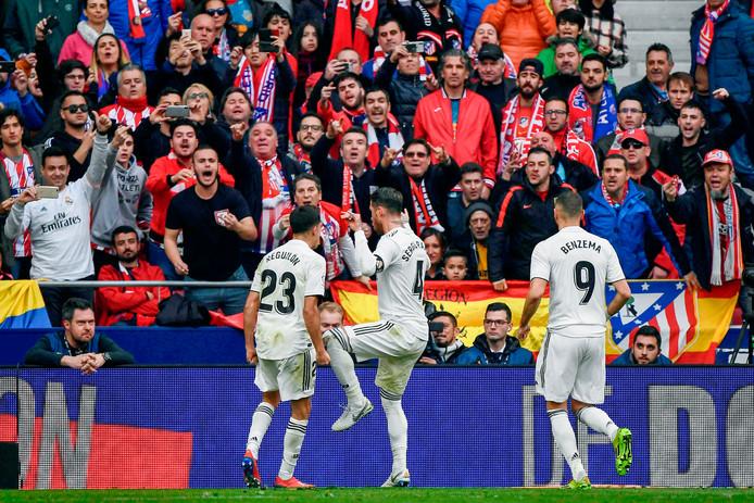 Sergio Ramos juicht nadat hij de 1-2 heeft gemaakt, Sjoerd Mossou (linksonder) kijkt van dichtbij naar zijn dansje.